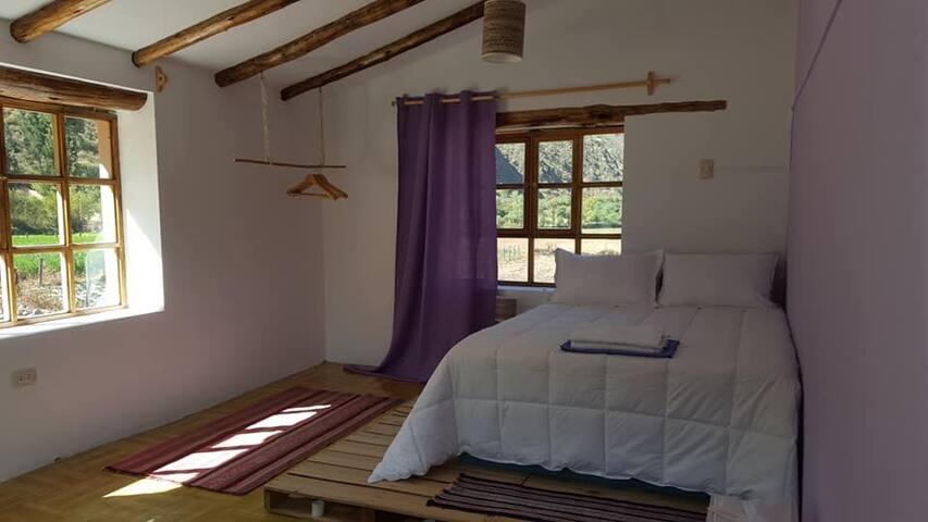 La habitación principal. The main bedroom.