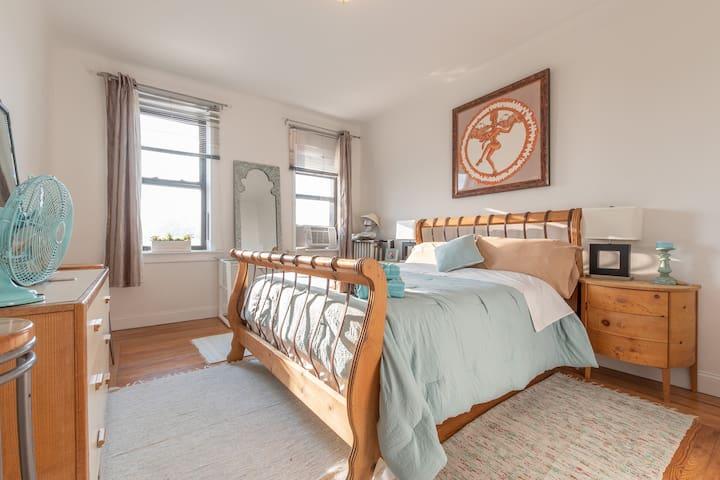 Big Bright & Airy bedroom. 15 mins to NY Times Sq.