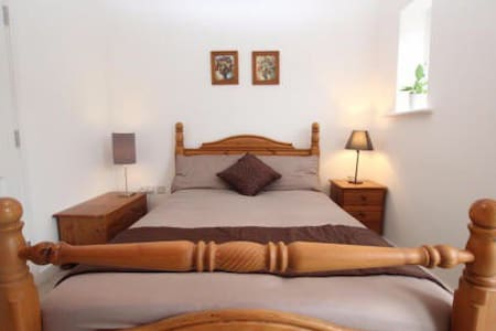 Cozy double bed - beautiful house /free parking