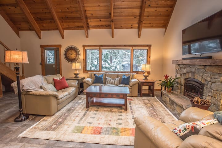 Comfy, Calming Cabin Minutes from Ol' Town Truckee