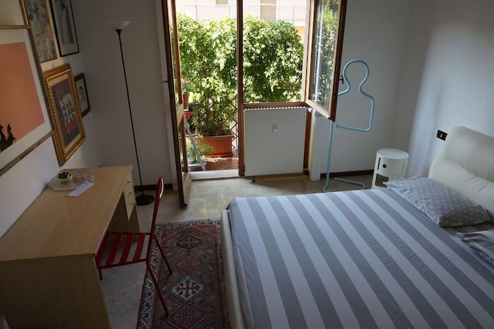 Stanza sul balconcino verde (CIR 018182-CNI-00001)
