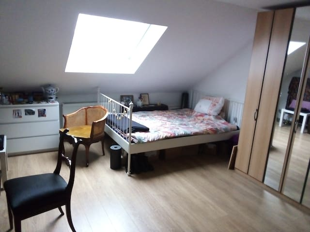 Doppelbett, Dachschräge, Fenster mit viel Licht