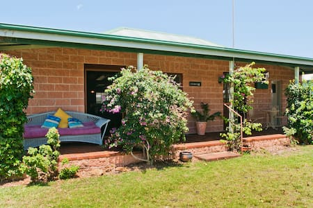 Cudgee - quaint cottage with seperate cabin - Currarong - 一軒家