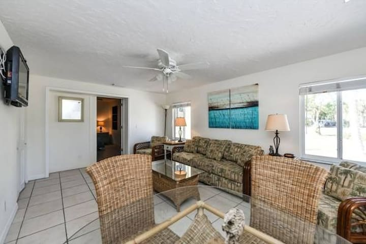 Beachy One Bedroom Steps from Beach and Village!!!