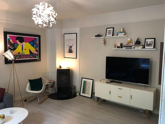 Light, spacious, artsy apartment. Central location