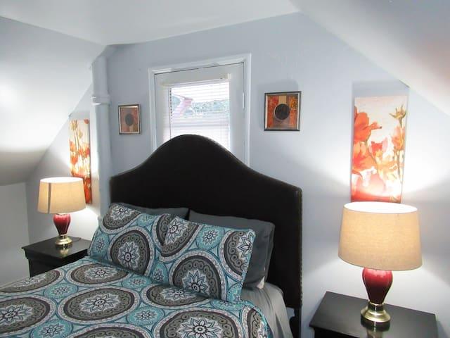 Delightful Private Queen bedroom
