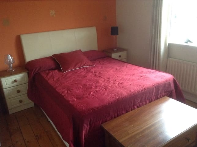 Charming DB ... comfy King bed & bathroom adjacent - Carrigaline - 獨棟