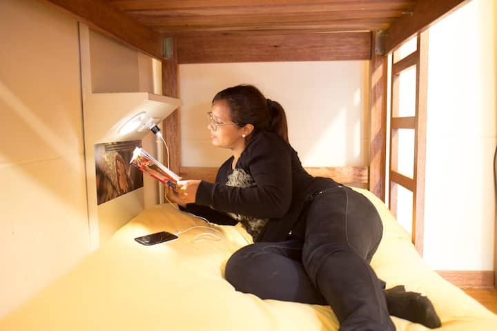 Cama en dormitorio, baño privado- Pariwana Hostel