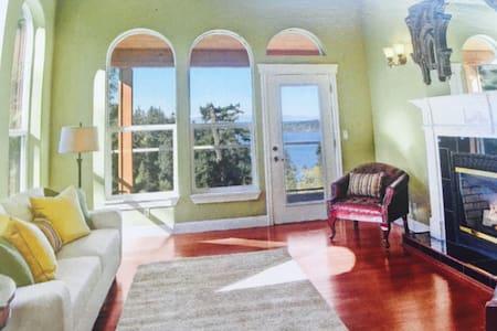 SEAbreeze Master Suite/ Bedroom& Living View Room - Mukilteo