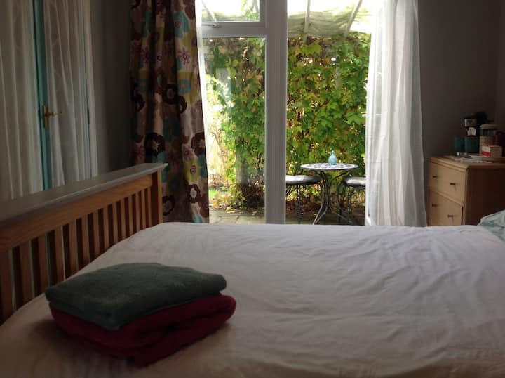 Guest Room- Close to Train Station and QMU