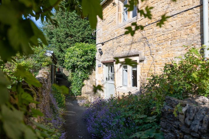 Gorgeous 200year old cosy cottage in the Cotswolds