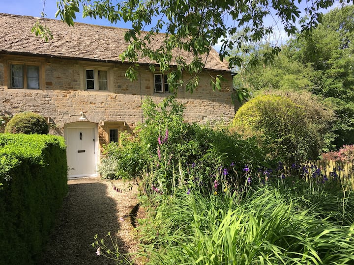 CHARMING LISTED COTSWOLD COTTAGE WITH FAB GARDEN