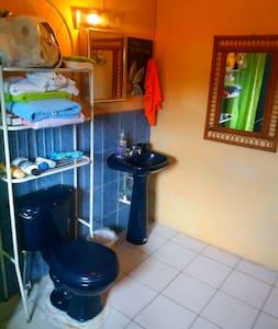 Habitacion con baño y sala