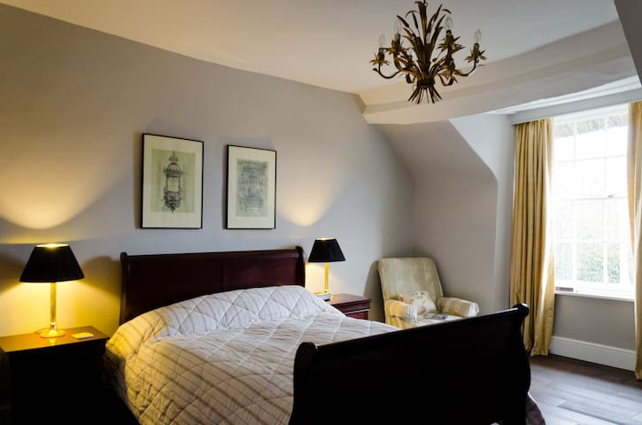 Huge ensuite room in thatched house - Exeter