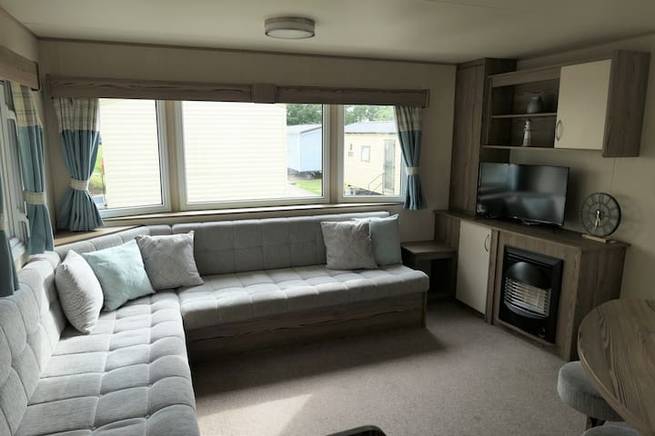 Spacious Caravan in Combe Haven Holiday Park