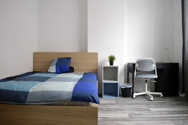 Double room cosy & design close to Charleroi South
