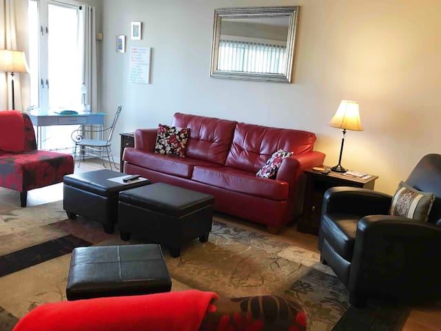 Anne's Red Couch Condo-Convenient, No Steps