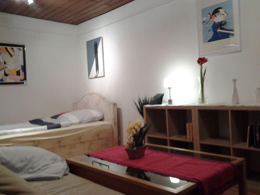 Blick auf den Schlafbereich - viel Kunst im Appartement, weil Kunstliebhaber dort wohnen.