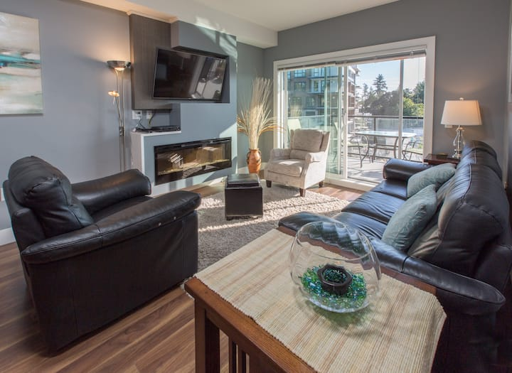 Travino-Two Bedroom Executive Suite in Saanich, Gym and Free Parking