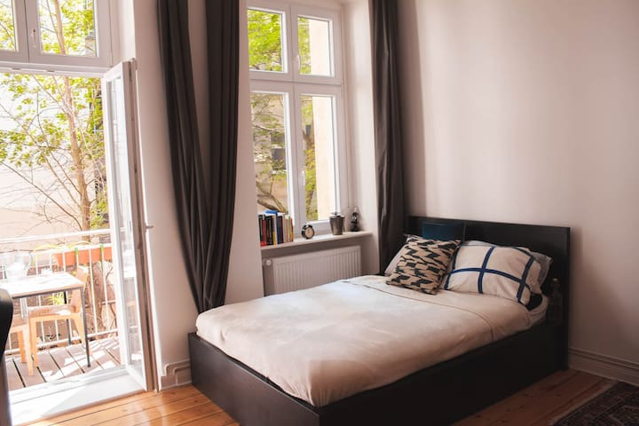Big room in central Berlin with privat balcony
