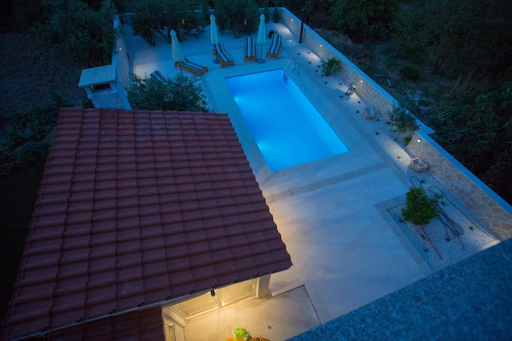 Private apartment with pool and barbecue, Split