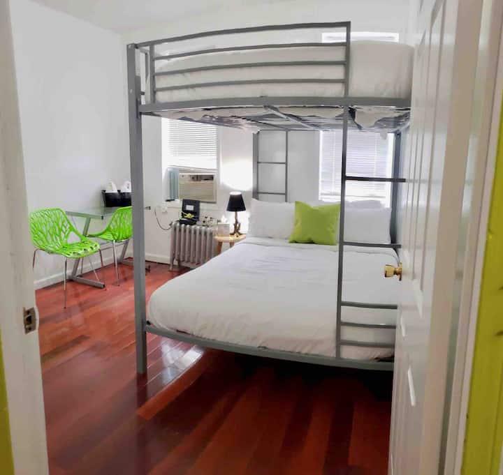 Large Bedroom In LIC 15 min to Midtown Manhattan
