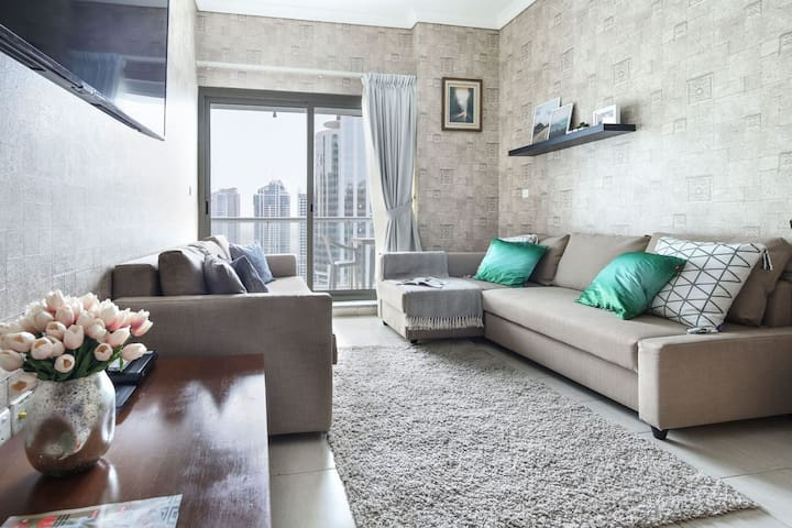 Fashionable 1BR in the Trendy JLT! Sleeps 6!