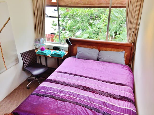 Master Bedroom in Cozy & Central Auchenflower 2Br - Auchenflower - Apartment