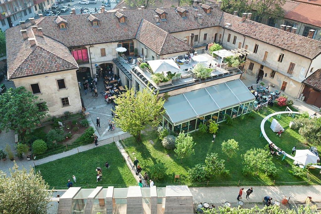 Un posto a Milano Cucina, Bar e Foresteria si trova in Cascina Cuccagna, una cascina risalente al 1695 e trasformata in luogo di incontro e aggregazione nel 2012 2012, a seguito di un intervento di restauro conservativo.
