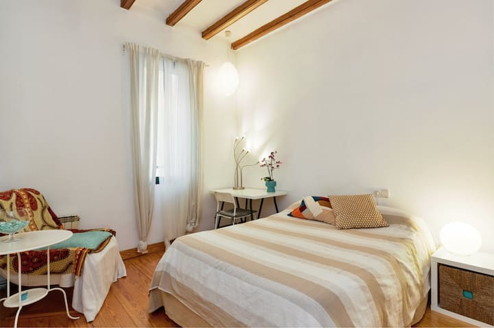 Sunny Double Room at Pl Catalunya/Catedral