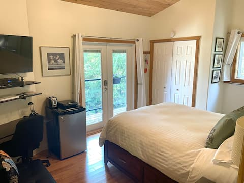 Q-Bed/Sitting Room, Private Entrance, Bath & Deck