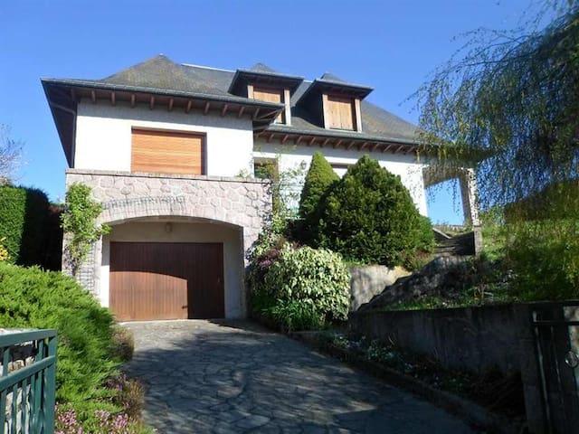 belle maison sur les hauteurs d'Ussel - Ussel - House