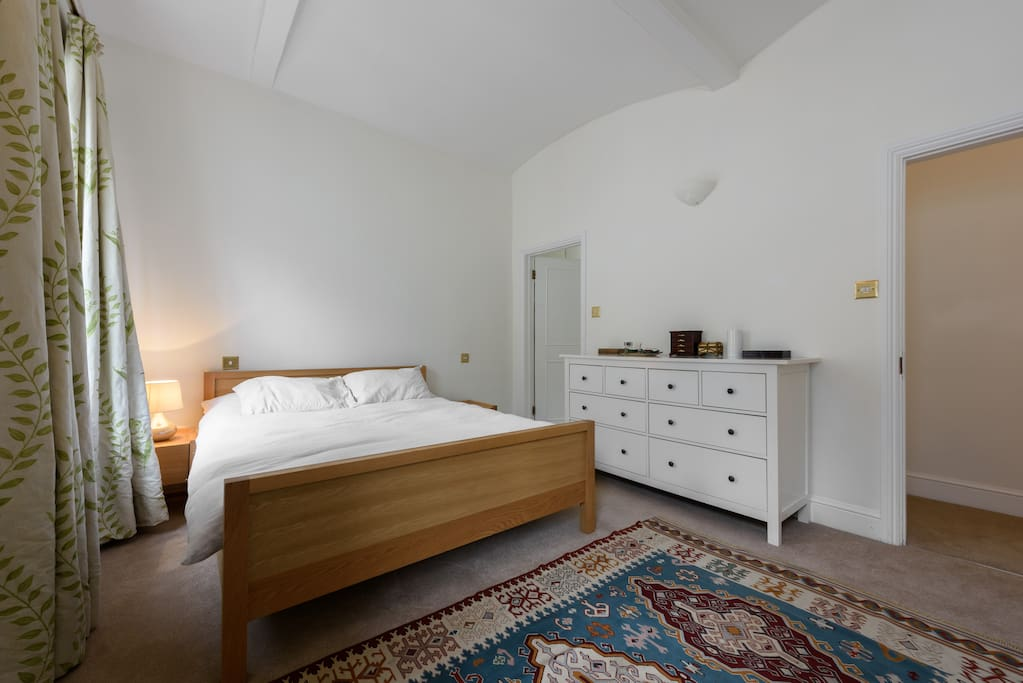 Immaculate, bright and large bedroom with kingsize bed, ensuite bathroom. Chest of drawers and wardrop