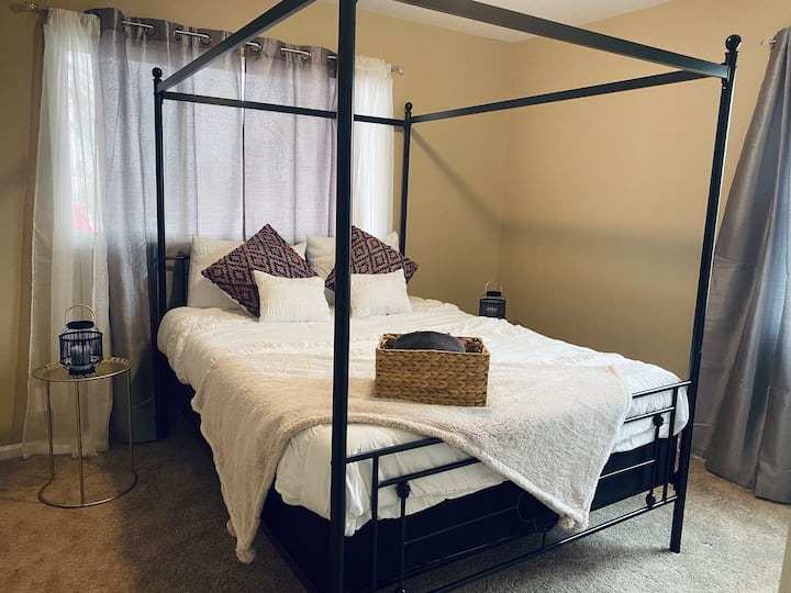 Luxury Burgundy Queen Bed in the Heart of LV