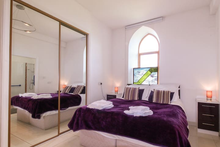 Purple room with ensuite wetroom. Can be twins or king.