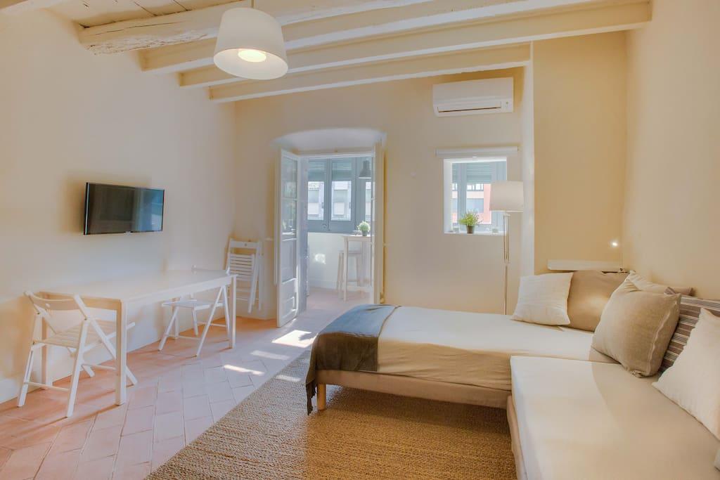 Habitación completamente equipada, tipo salón con mesa de comedor y TV plantalla plana