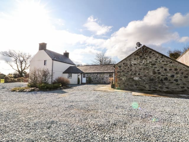RHOS Y FOEL, pet friendly, with open fire in Nefyn, Ref 973368