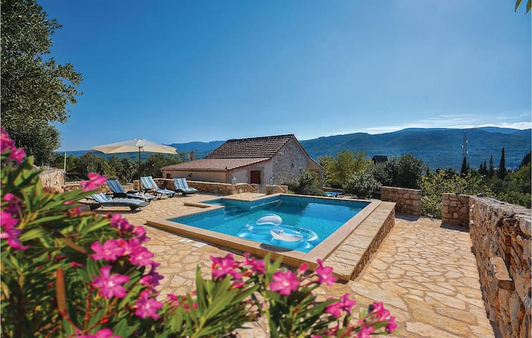 Holiday cottage with 1 bedroom on 77m² in Stari Grad