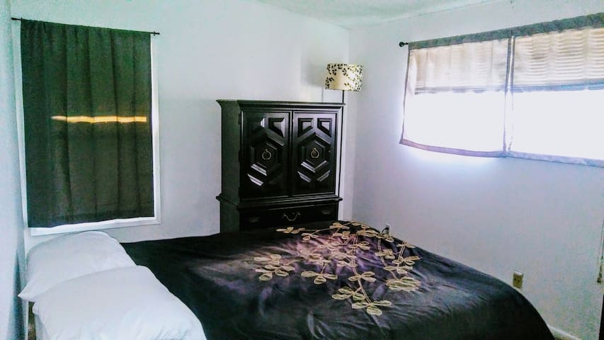 Large bedroom and ample closet space - Anaheim - Huis