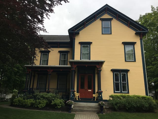Victorian  w/ private 3rd floor  (2 bedrooms +den)