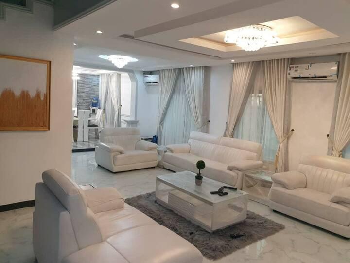 Luxurious Four Bedroom Duplex - Wifi/Netflix/Pool