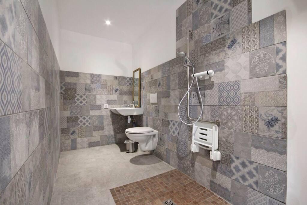 Salle de bain accesible aux personnes à mobilité réduits