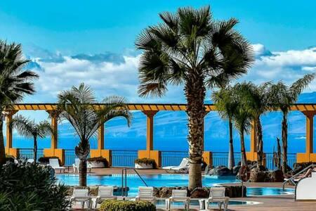 Penthouse room. Wi-fi free. Pool. Sea views.