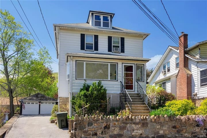 1920's charming home- one mile to West Point