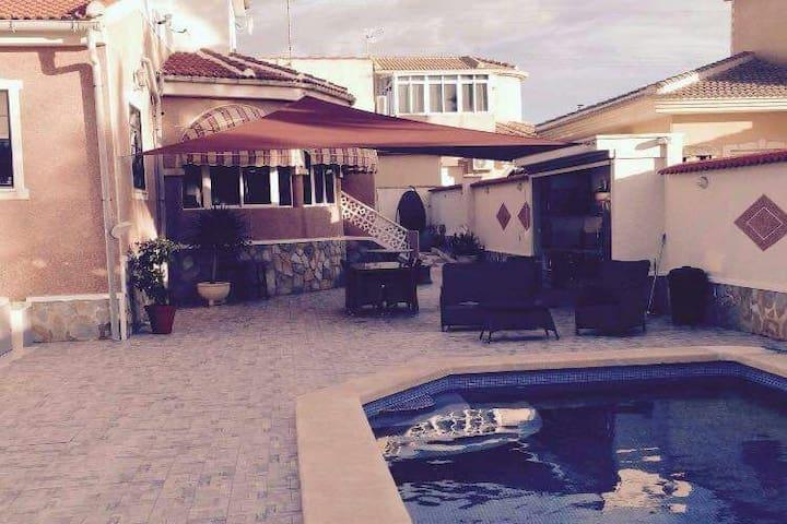 Flott villa med privat basseng