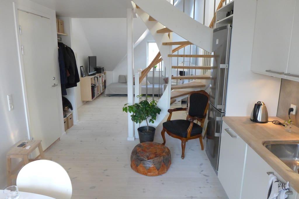 1st floor: entrance, livingroom, kitchen, balcony, toilet, bath.