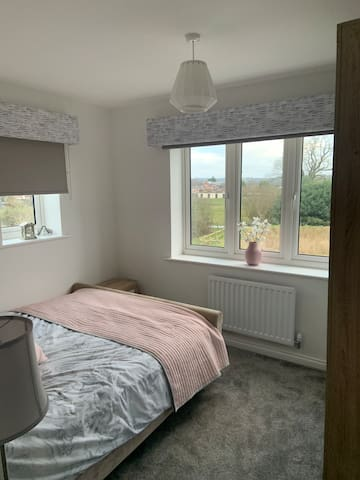 Lovely Double bedroom in new build house with view