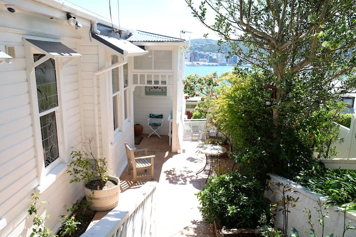 Sun and Harbour Views - Close to the City