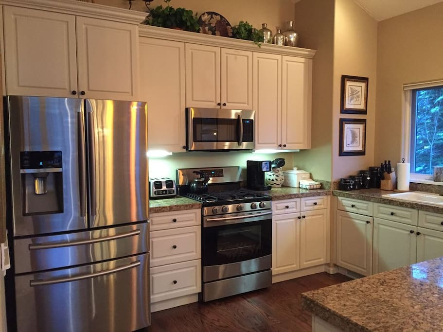 Large fully stocked kitchen, perfect for entertaining.