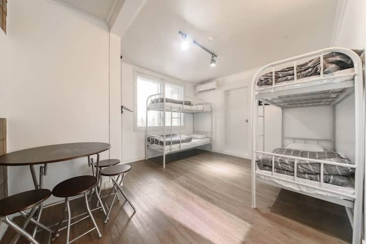 ItaewonYellowGuesthouse-Quadruple room w bathroom